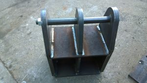 Hydraulic ram bracket